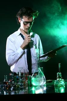Científico fazendo experimento químico