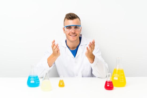 Científico jovem com muito balão de laboratório infeliz e frustrado com algo
