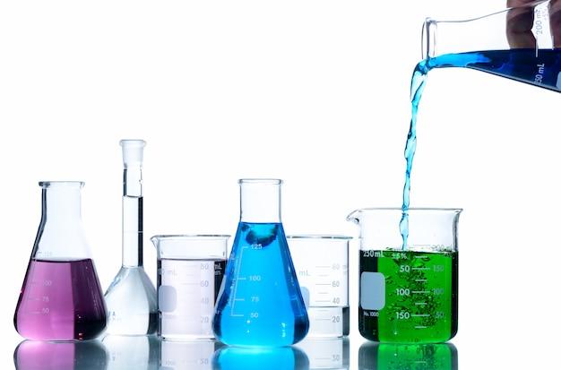 Cientista colocando líquido azul no copo de medição
