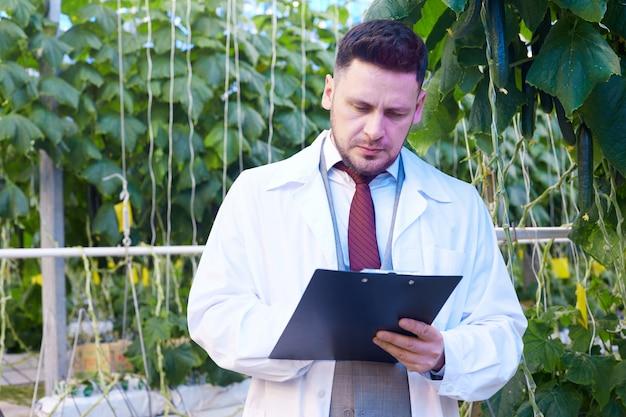 Cientista considerável na plantação