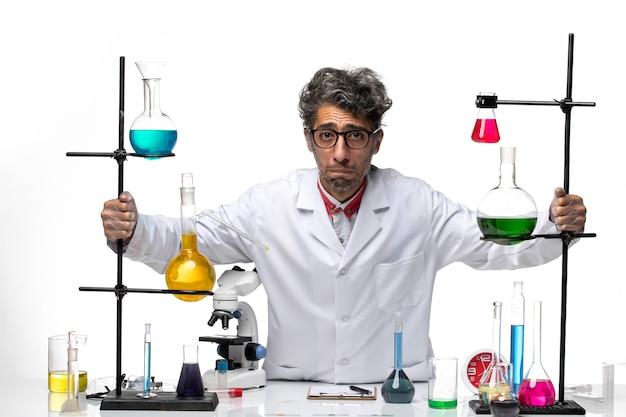 Cientista de frente para o homem com terno médico branco e rosto triste
