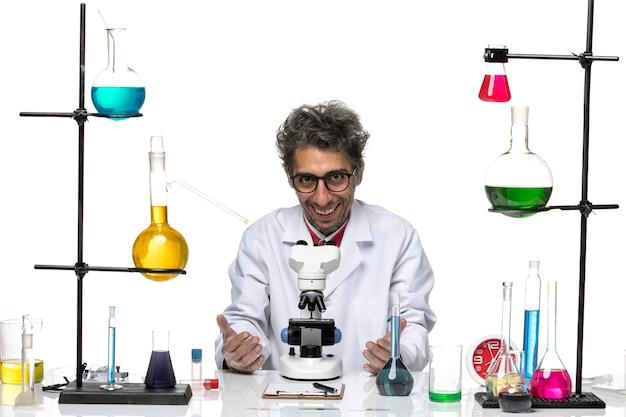 Cientista de frente para o homem em traje médico branco sorrindo