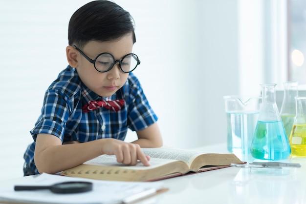 Cientista de infância aprendendo no laboratório de química