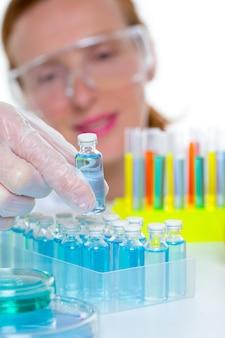 Cientista de laboratório químico mulher com garrafas