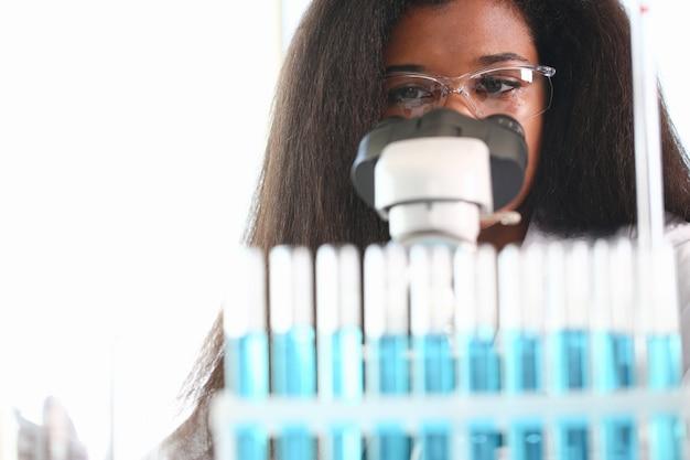 Cientista de mulher negra no laboratório
