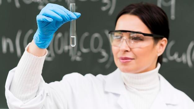 Cientista de mulher segurando o tubo de laboratório