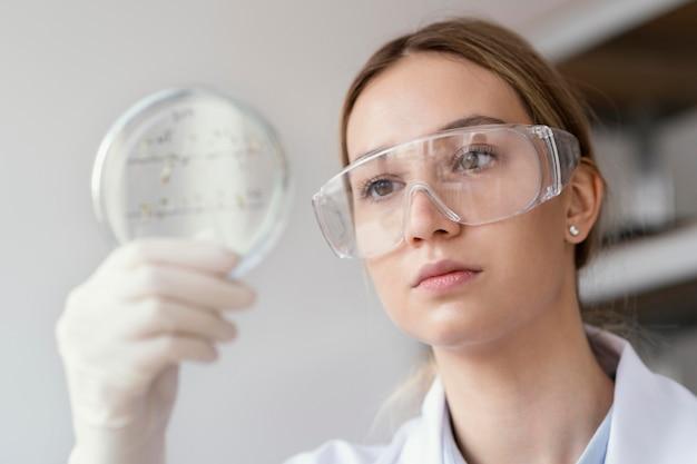 Cientista de perto com óculos de proteção