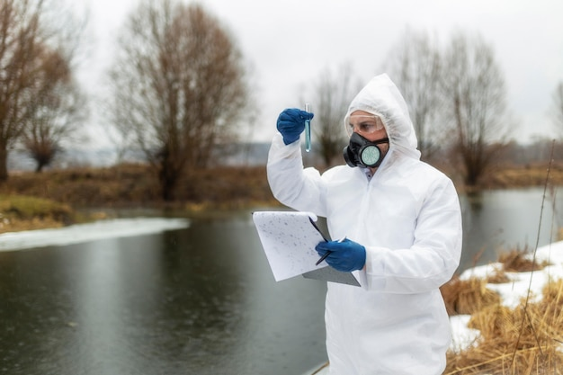 Cientista de tiro médio usando máscara de gás