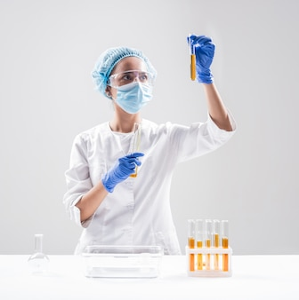 Cientista derramando óleo orgânico.