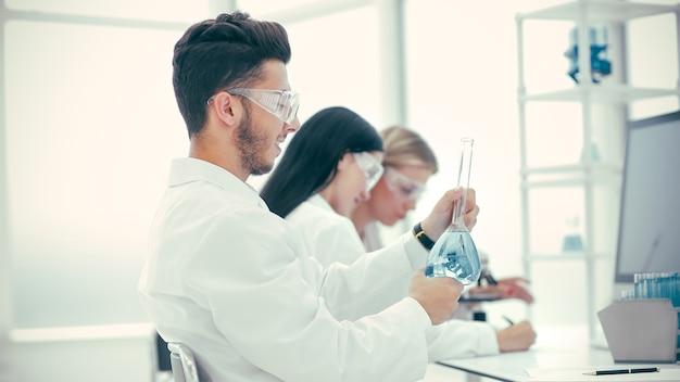 Cientista e seus assistentes verificando testes para coronavírus. ciência e saúde