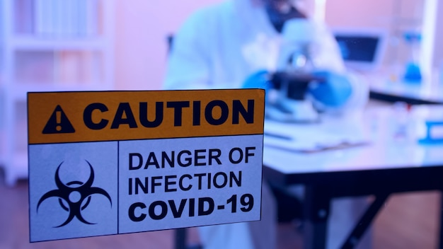 Cientista em ação epi realiza pesquisa em laboratório sobre a vacina covid 19.