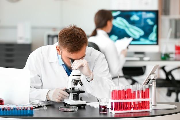 Cientista estudando amostra em laboratório