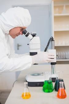 Cientista examinando amostra com microscópio