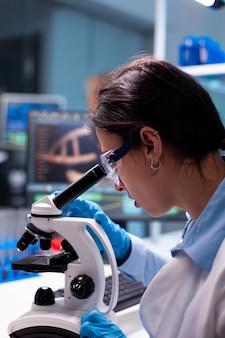 Cientista examinando, pesquisando, analisando vírus através do microscópio