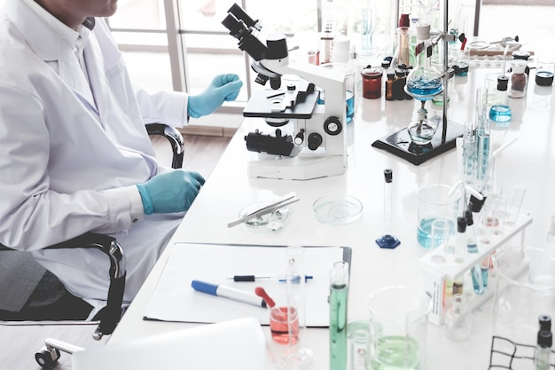 Cientista, fazendo, algum, pesquisa, e, olhar, um, microscópio, em, um, laboratório