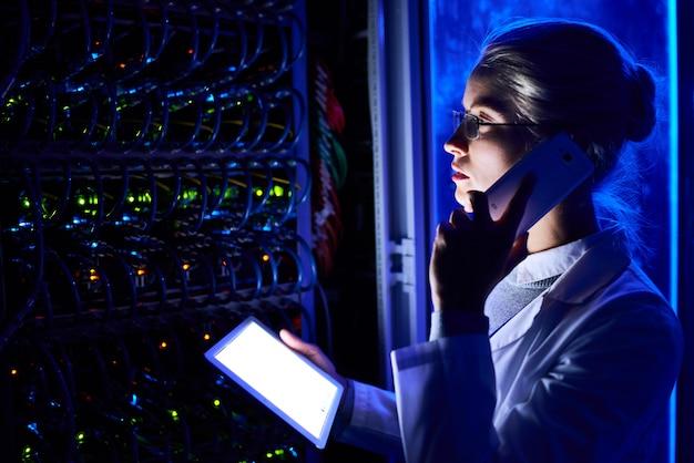 Cientista fêmea no laboratório de dados futurista