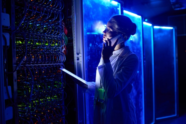 Cientista fêmea no laboratório futurista