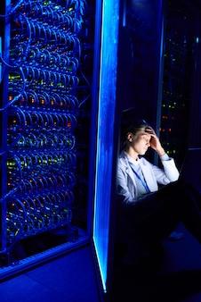 Cientista fêmea trabalhando à noite