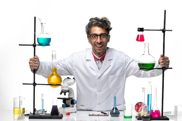 Cientista frontal em traje médico branco regozijando-se