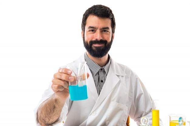 Cientista homem com tubos de ensaio