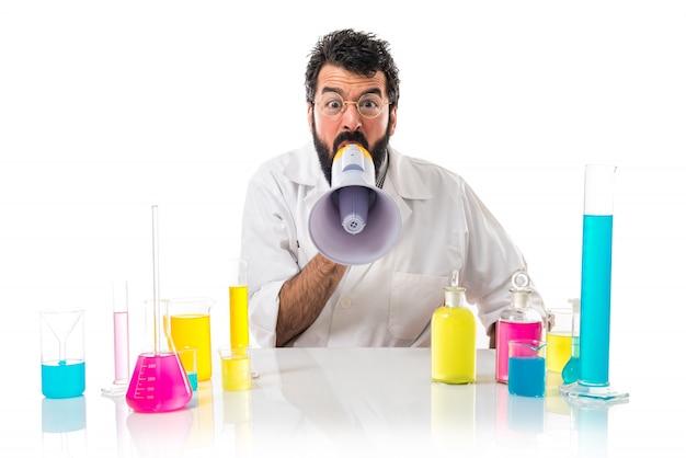Cientista homem gritando por megafone