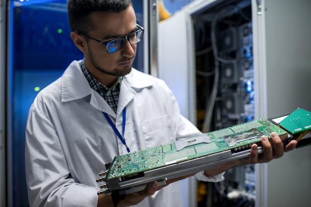 Cientista inspecionando supercomputador