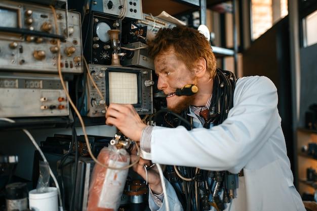Cientista louco conduzindo um experimento em laboratório.