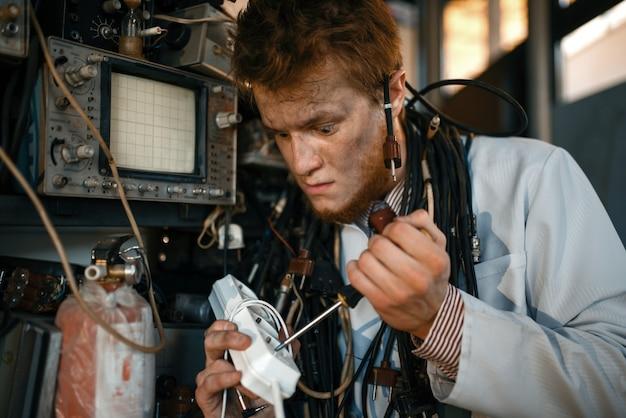 Cientista louco trabalha com eletricidade em laboratório.