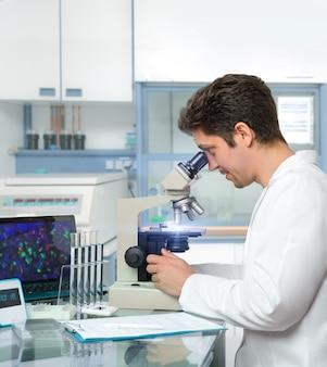 Cientista masculina ou tecnologia funciona com microscópio