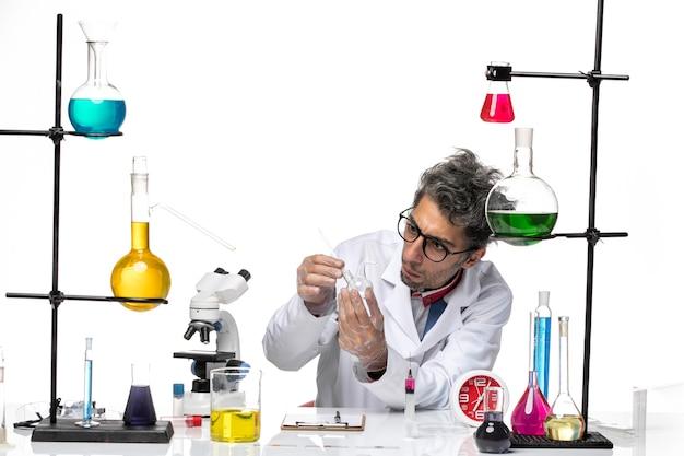 Cientista masculino de vista frontal em traje médico trabalhando com frasco