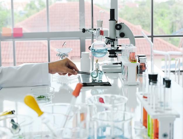 Cientista masculino e experimento de laboratório