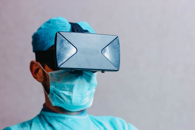 Cientista médico com óculos de realidade aumentada 3d vr