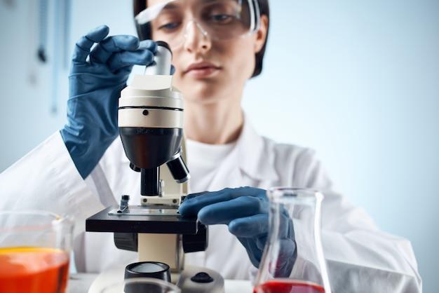 Cientista pesquisa biologia ecologia experimento análise fundo isolado
