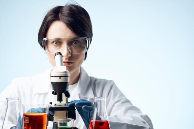 Cientista pesquisa biologia ecologia experimento análise isolada de fundo. foto de alta qualidade