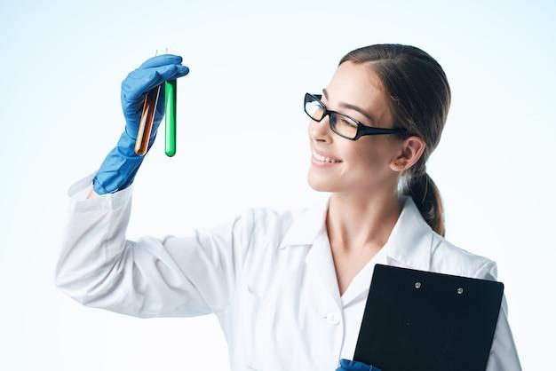 Cientista pesquisa biologia ecologia experimento isolado fundo