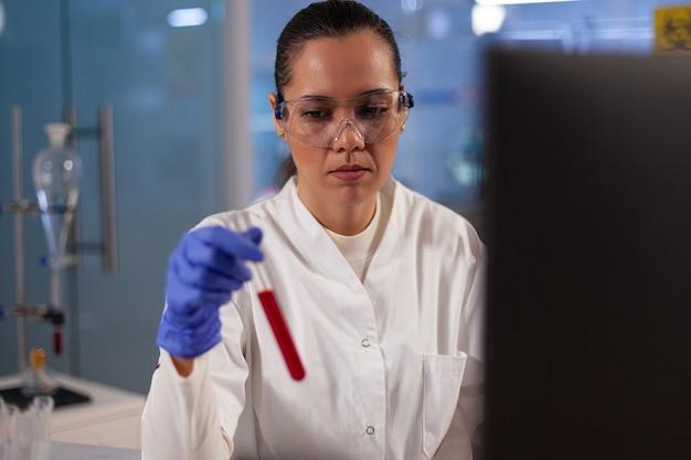 Cientista pesquisador de medicina fazendo experimento com sangue