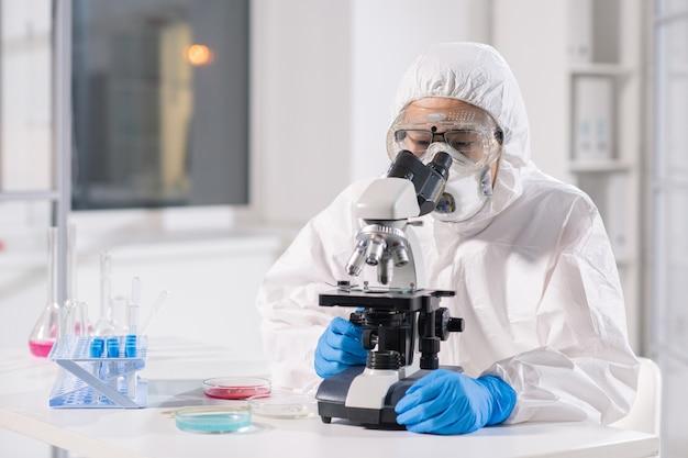 Cientista pesquisador de virologia em laboratório