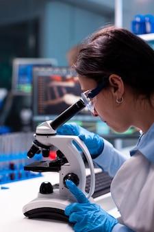 Cientista pesquisando analisando vírus de estudo em uma clínica moderna