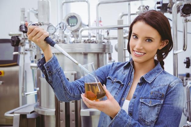 Cientista, preparar, um, experiência, com, um, pipeta, e, beaker