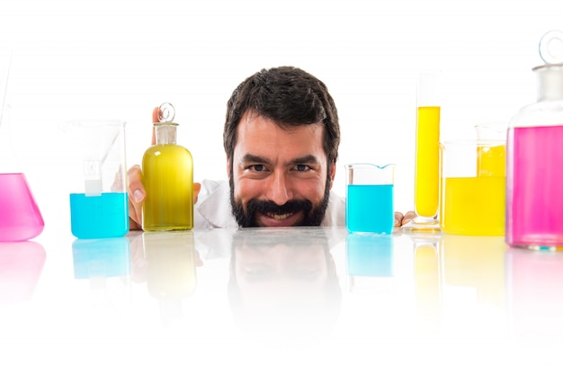 Cientista que se esconde atrás dos tubos de ensaio
