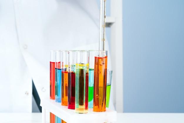 Cientista que trabalha com amostras químicas em laboratório close-up