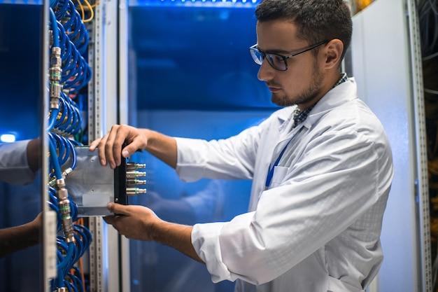 Cientista que trabalha com supercomputador