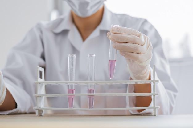 Cientista que trabalha no laboratório. pesquisador médico trabalhando em labaratory