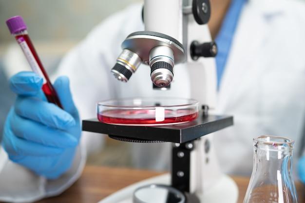 Cientista segurando amostra de teste de vacina