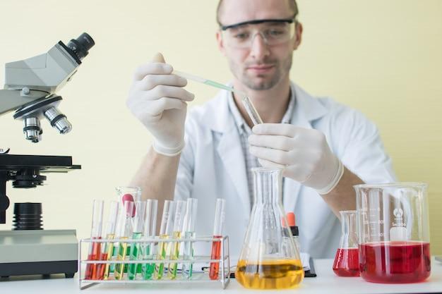 Cientista, segurando, tubo teste, em, ciência, colo