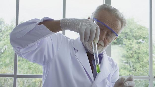 Cientista trabalha com equipamentos de ciência em laboratório. conceito de pesquisa científica.