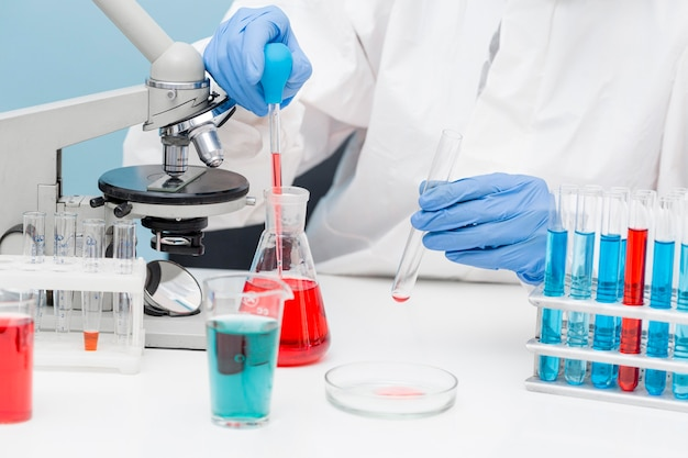 Cientista trabalhando com substâncias químicas