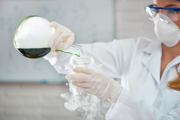 Cientista trabalhando no laboratório