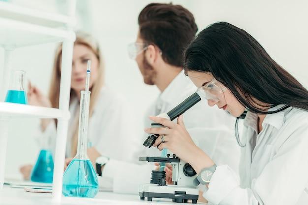 Cientista usa um microscópio no laboratório
