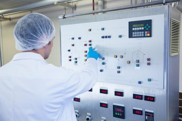 Cientista, usando, a, máquina, e, apertando, botões, em, a, fábrica